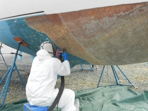 Jeff Hickman od Bayside Boatworks does what he does best... removing layers of hydrolysed laminates.